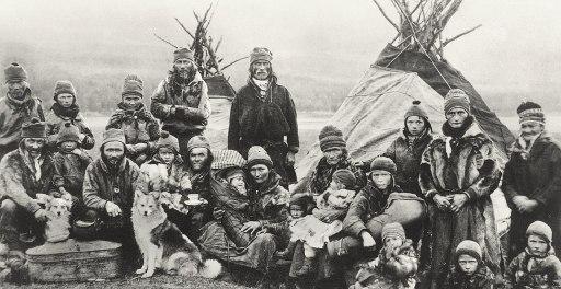 1280px-Nordic_Sami_people_Lavvu_1900-1920