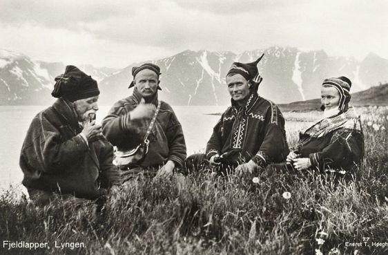 800px-1928_Lyngen_Troms_Norway_group_Mountain_Sami_people_Photo_pcard